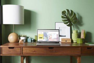 Chromebook met touchscreen in huiskamer